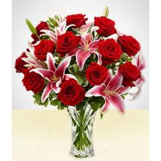 Lovable: lírios cor de rosa e rosas vermelhas