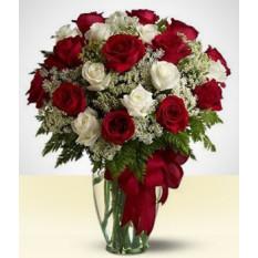Exuberante: Rosas brancas e vermelhas