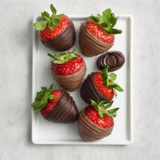 Leite e morangos cobertos com chocolate escuro, meia dúzia